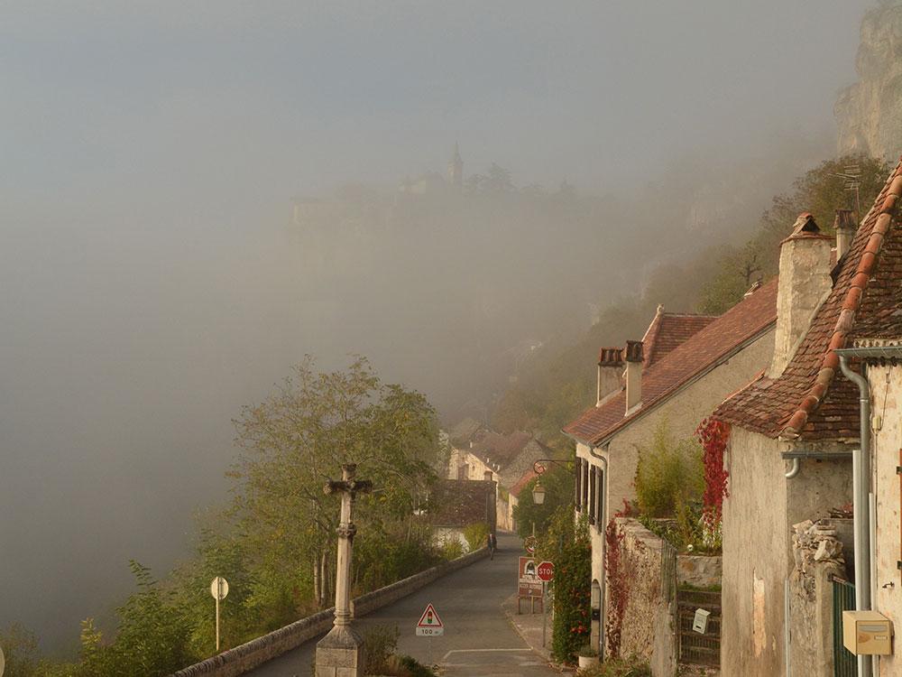 霧の中に浮かび上がるロカマドゥール
