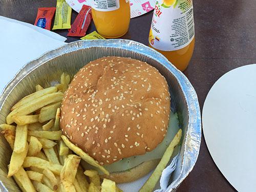 エルヴァスのキオスクで食べたハンバーガー