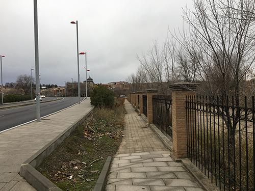 トレド駅からトレドの街へ徒歩で行く