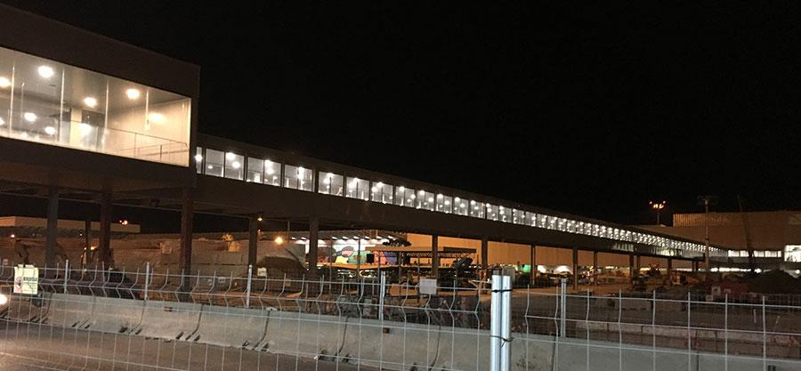 空港駅までの長い通路