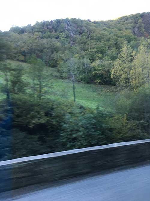 MarcillacからConquesへ向かうバスの車窓