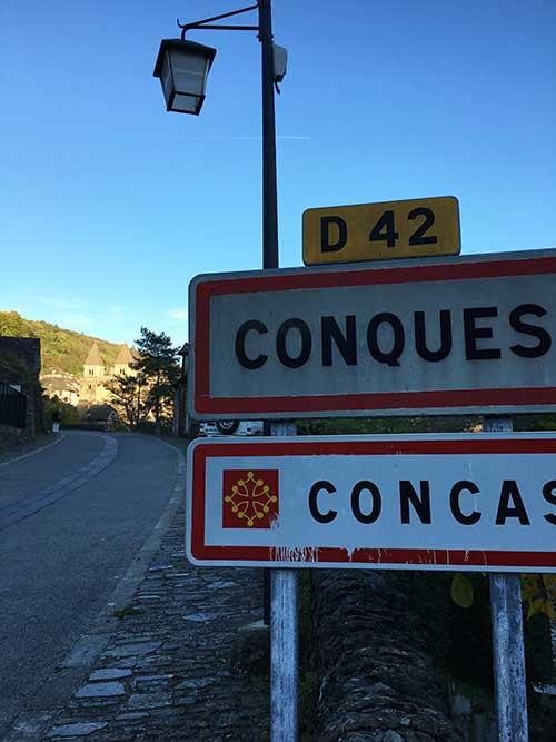 Conques村のバス停