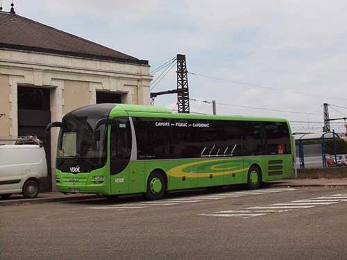 カオール駅に到着したフィジャック間のバス