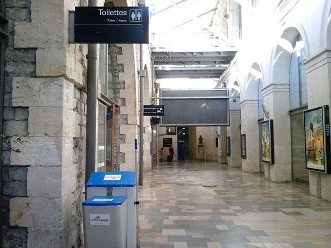 ニーム(フランス)の駅