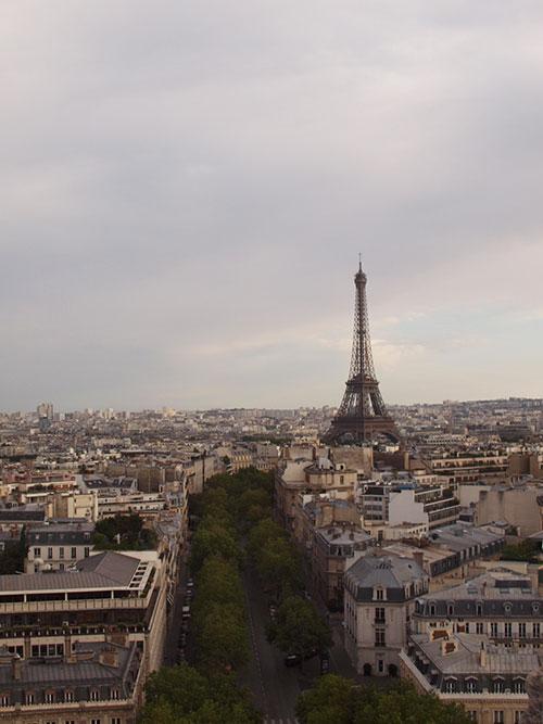 凱旋門から眺めるエッフェル塔