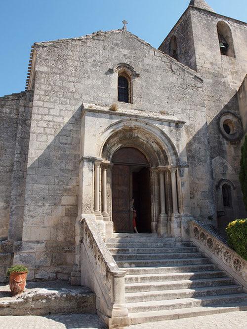 レ・ボーの村にある教会
