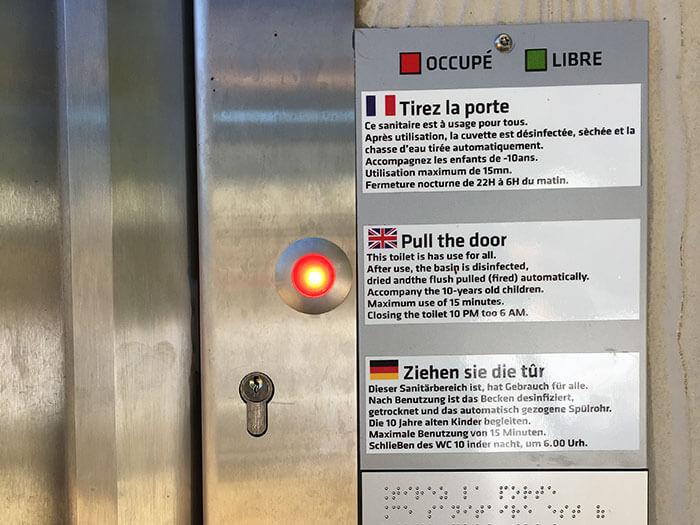フランスの公衆トイレの入り方