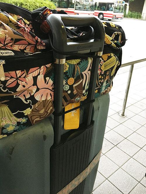 スーツケースに機内持ち込みバッグをバッグとめるベルトで留める