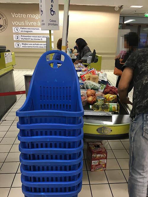 フランスのスーパーで買い物をする