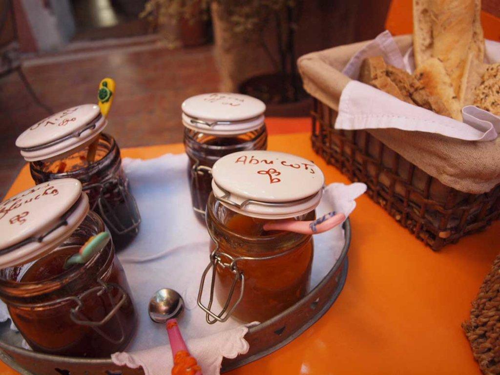 プロヴァンスのシャンブルドットの朝食