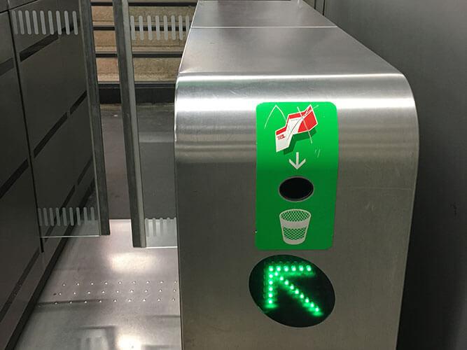 メトロ改札出口にあるゴミ入れ箱
