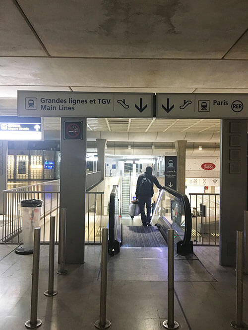シャルル・ド・ゴール空港内のTGV駅を目指す