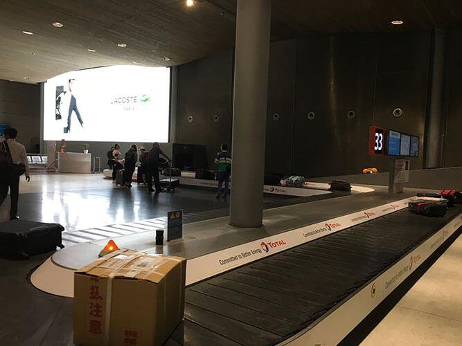 早朝のシャルル・ド・ゴール空港のバゲージクレーム