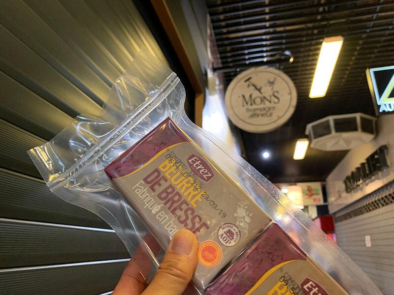 リヨンのポールボギューズ市場でバターを真空パック