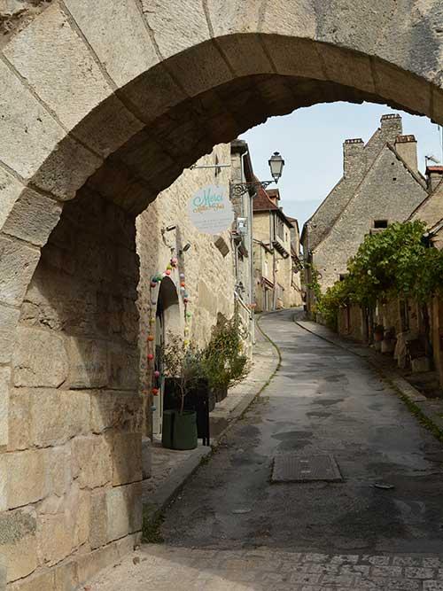 門をくぐって村の中へ