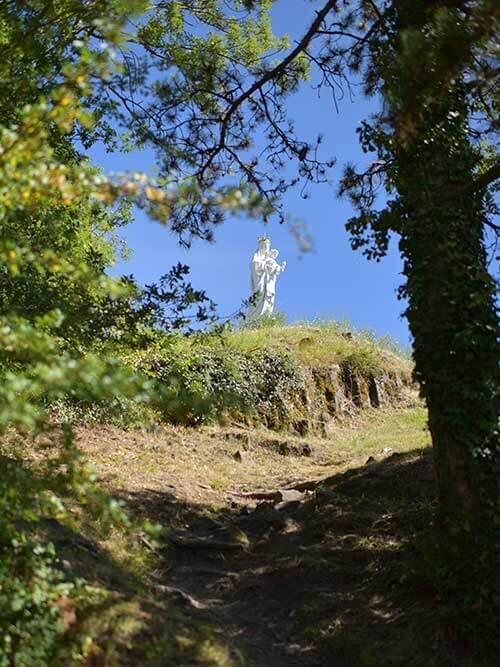 ユッソンの小高い山の上にある聖母像