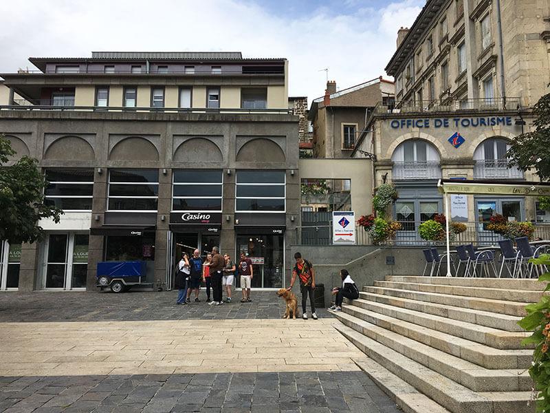 ル・ピュイの観光局とスーパー
