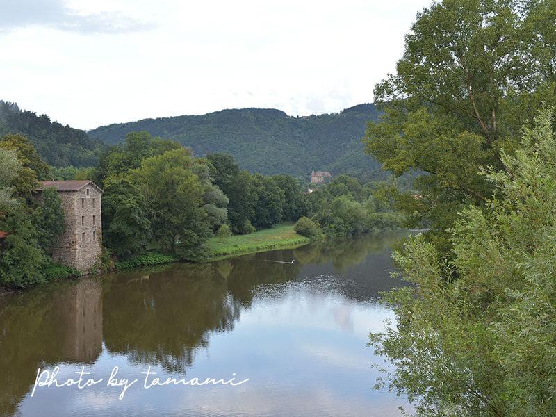 Les Delices de Lavouteを橋の上から眺める