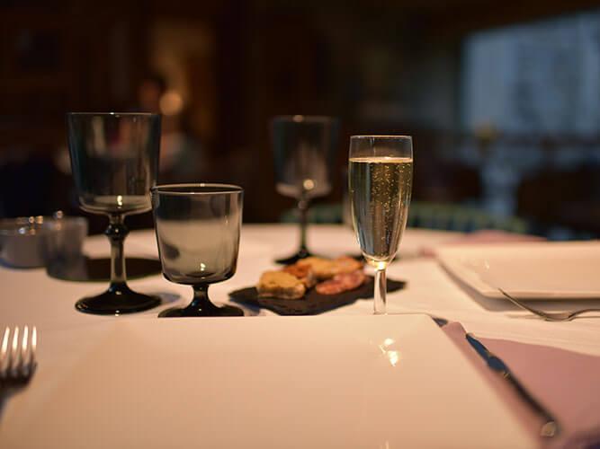 Les Delices de Lavouteのテラスでフルコースディナー