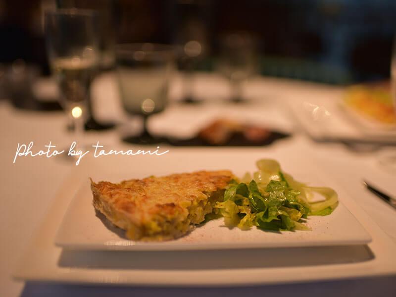 Les Delices de Lavouteのテラスでフルコースディナー キッシュロレーヌ