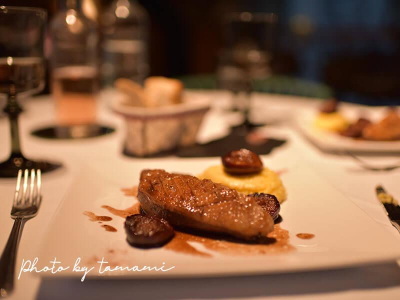 Les Delices de Lavouteのテラスでフルコースディナー 鴨のステーキ