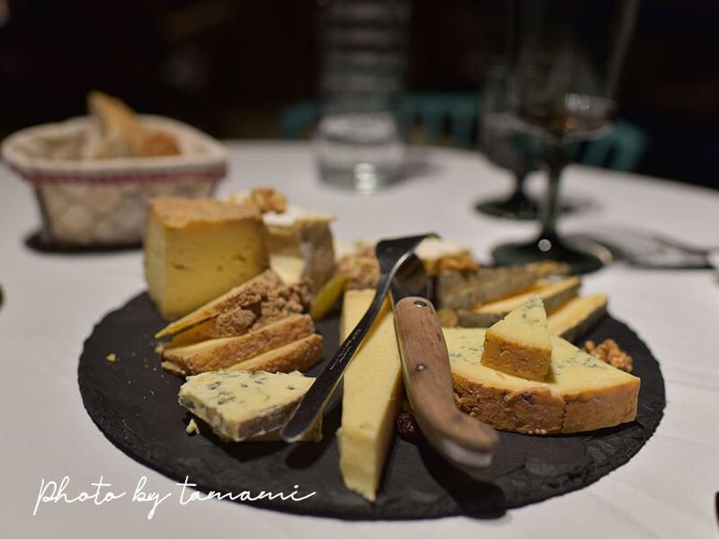 Les Delices de Lavouteのテラスでフルコースディナー チーズ盛り合わせ