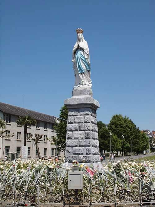 ルルドのサンクチュアリにあるマリア像