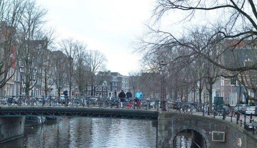 オランダ・アムステルダムのトラム駅で強盗に遭った経験から学んだことと対策を紹介