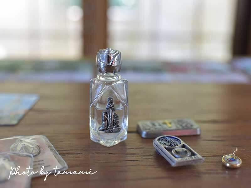 ルルドの泉を組む小さなボトル