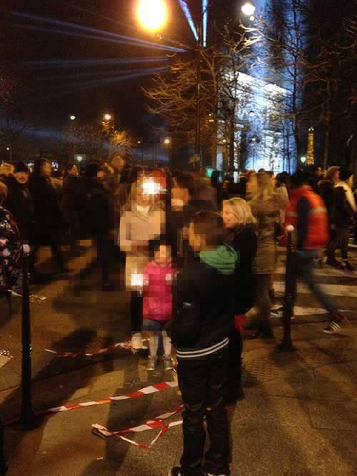 パリの新年を凱旋門近くで祝う人たち