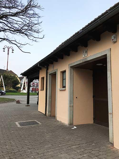 リヴォヴィレバス停の裏の公衆トイレ
