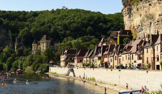 フランス南西部アキテーヌ地方の美しい村 ラ・ロック・ガジャック(La Roque-Gageac)は川沿いの絶壁に張り付く要塞の村