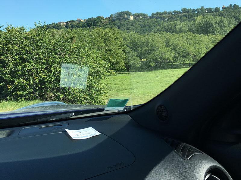 車のフロントガラスに駐車券を置く