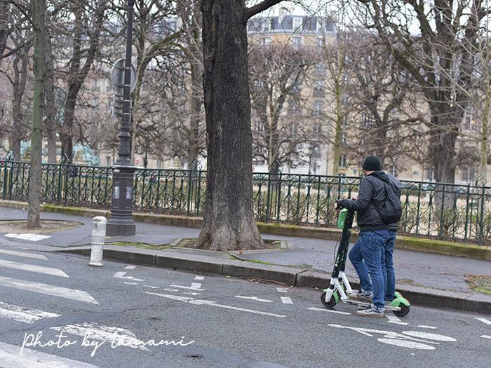 パリ市内にある電動キックボード