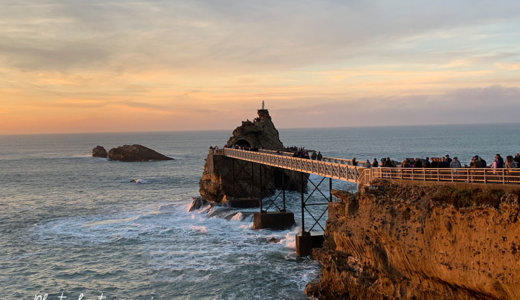大西洋に沈む夕陽が美しい!ビアリッツ(Biarritz)の漁師たちを守る白いマリア像が建つ岬の岩へ