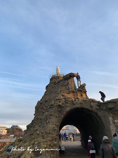 ビアリッツの海の守り神マリア像