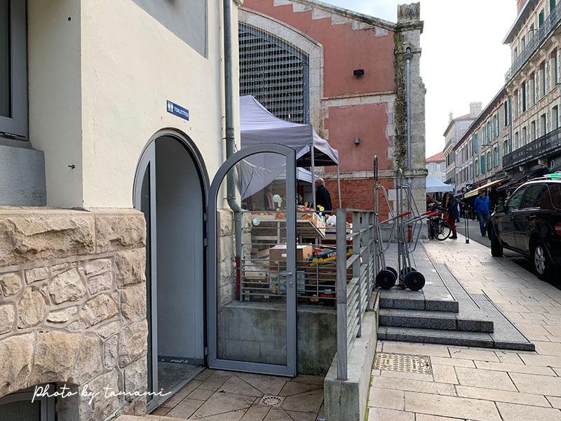 ビアリッツ市場の外にある公衆トイレ
