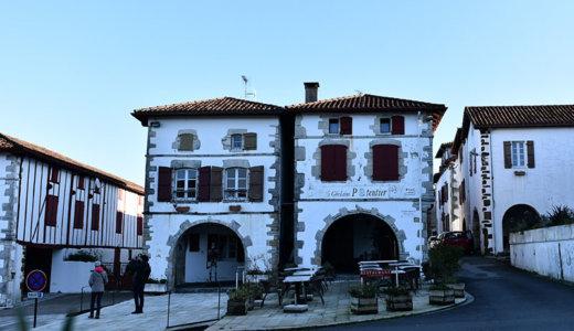 レンタカーでフランスバスク地方の美しい村巡り!バスクカラーと美しい教会が印象的なラ・バスティッド=クレーランス(La Bastide-Clairence)へ