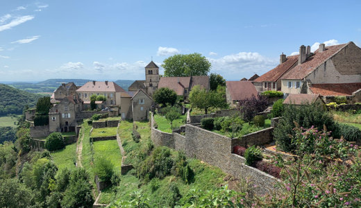 ジュラ地方特産のヴァン・ジョーヌを産出するブドウ畑が広がる丘の上の美しい村【シャトー・シャロン(Château-Chalon)】