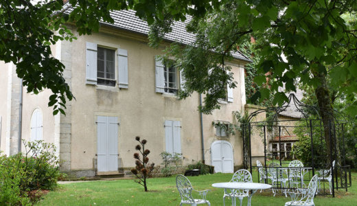 """ブルゴーニュ地方の村やワイナリー巡りに便利な【Maison d'Hotes """"Les Egrignes""""】はまるでシャトーのような雰囲気が素敵なシャンブルドット"""